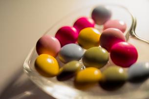 ハート型のガラスの器とチョコレートの写真素材 [FYI00210548]