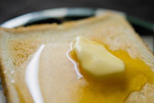 トーストとバター、ハチミツの写真素材 [FYI00210560]