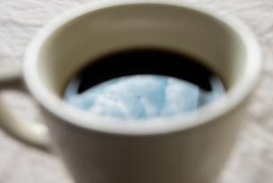 コーヒーに反射した空と雲の写真素材 [FYI00210561]