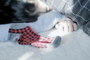 クリスマスを楽しみに待つ男の子の写真素材 [FYI00210564]
