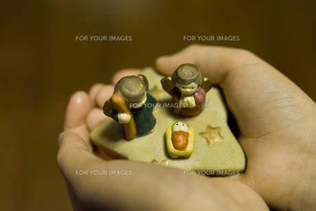 クリスマスの置物を持つ子供の手の写真素材 [FYI00210569]