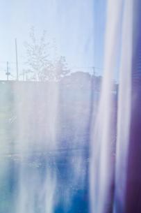 朝のカーテン越しの風景の写真素材 [FYI00210570]