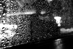 雨のしずくの窓際の写真素材 [FYI00210582]