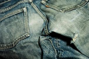 着古したジーンズの接写の写真素材 [FYI00210586]