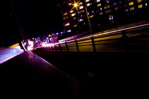 夜の道路とマンションの写真素材 [FYI00210593]