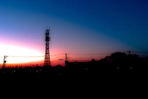 鉄塔と朝焼け空の写真素材 [FYI00210608]