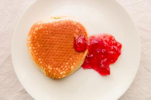 ホットケーキとイチゴジャムの写真素材 [FYI00210609]