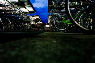 夜の駐輪場に並べられた自転車の写真素材 [FYI00210610]