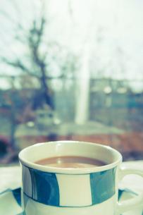 窓からの風景とコーヒーカップの写真素材 [FYI00210616]