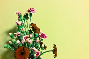 花瓶に挿したガーベラとカーネーションの写真素材 [FYI00210619]