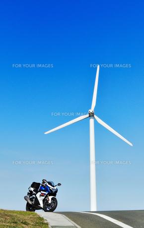 バイクと風車の写真素材 [FYI00210621]