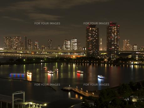 屋形船と高層ビル群の写真素材 [FYI00210645]