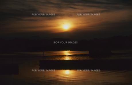防波堤と夕焼けの写真素材 [FYI00210652]