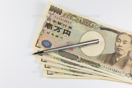 お金とボールペンの写真素材 [FYI00210745]