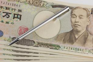 一万円札とボールペンの写真素材 [FYI00210749]