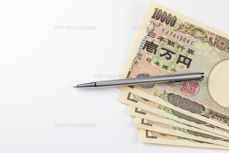 お金とペンの写真素材 [FYI00210757]