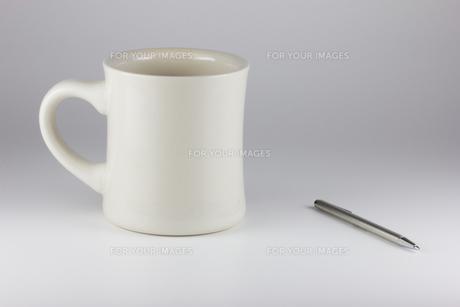 マグカップとペンの写真素材 [FYI00210758]