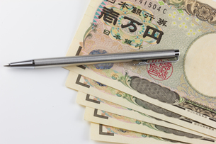 お金とボールペンの写真素材 [FYI00210759]