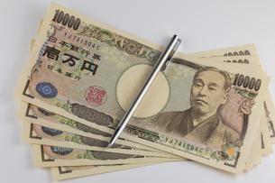 お金とペンの写真素材 [FYI00210761]