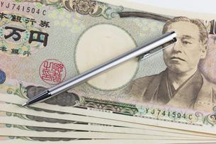 お金とペンの写真素材 [FYI00210765]