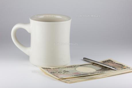 お金とコップとペンの写真素材 [FYI00210782]