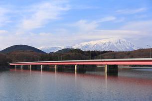 岩手山と御所湖と繋大橋の写真素材 [FYI00210817]
