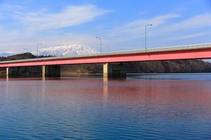 岩手山と御所湖と繋大橋の写真素材 [FYI00210820]