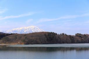 岩手山と御所湖の写真素材 [FYI00210827]