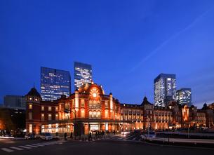 東京駅ライトアップの写真素材 [FYI00212243]