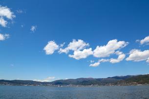 快晴、春の諏訪湖 の写真素材 [FYI00212321]