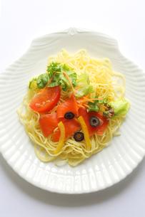 サーモンと彩り野菜のパスタの写真素材 [FYI00212366]