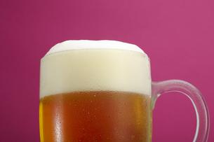 冷たい生ビール (ジョッキに注ぐイメージ)の写真素材 [FYI00212371]