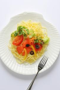 サーモンと彩り野菜のパスタの写真素材 [FYI00212375]