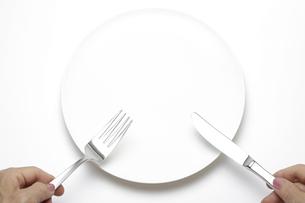 白い皿とフォーク&ナイフを持つイメージ素材の写真素材 [FYI00212414]