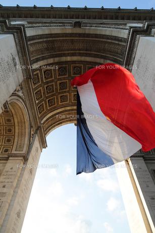 パリ 凱旋門とフランス国旗の素材 [FYI00212499]