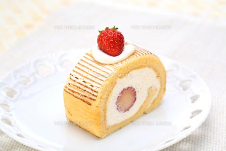 いちごのロールケーキの写真素材 [FYI00212545]