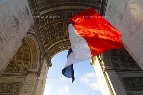 パリ 凱旋門とフランス国旗の素材 [FYI00212563]