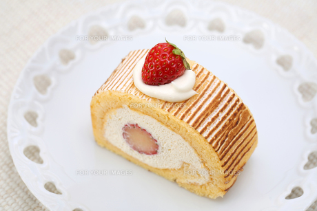 いちごのロールケーキの写真素材 [FYI00212565]