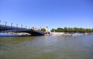 世界遺産 パリのセーヌ河岸の眺め アレクサンドル3世橋 Pont Alexandre IIIの写真素材 [FYI00212659]