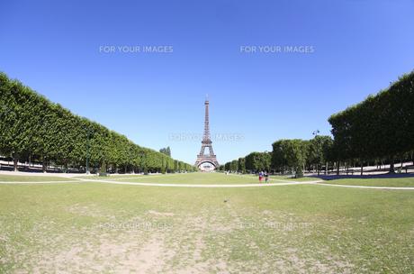 夏のパリ、エッフェル塔(雲一つない快晴青空、シャン・ド・マルス公園より超広角魚眼撮影 Parc du Champ-de-Mars)の写真素材 [FYI00212680]