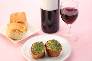 ガーリックバタートーストとワイン テーブルイメージの写真素材 [FYI00212685]