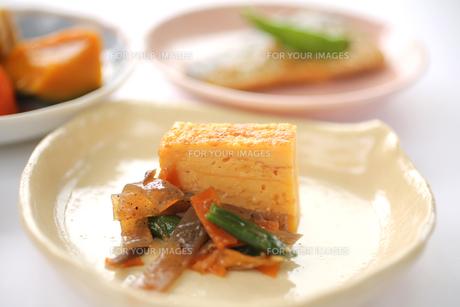 日本の食卓イメージ おかず(卵焼き)の写真素材 [FYI00212698]