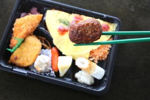お弁当と箸の写真素材 [FYI00212702]