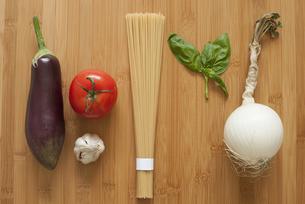 ingredients(tomato spaghetti)の写真素材 [FYI00212907]