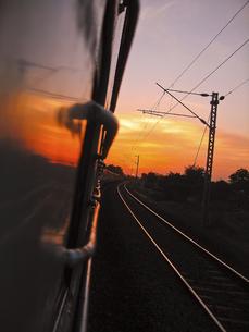 車窓からの夕日の写真素材 [FYI00212912]