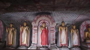 ダンブッラ石窟寺院の立像の写真素材 [FYI00212936]