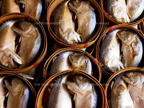 竹の籠に入っている鯖の干物の写真素材 [FYI00213003]