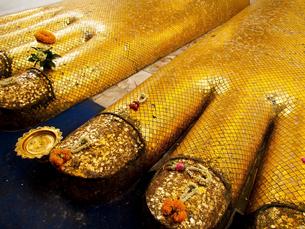 ワット・インドラウィハーンの立仏像の足の写真素材 [FYI00213013]