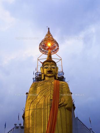 ワット・インドラウィハーンの立仏像の写真素材 [FYI00213019]