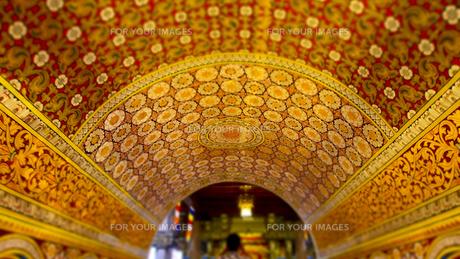 仏歯寺内部の天井の模様 Darada Maligawaの写真素材 [FYI00213038]